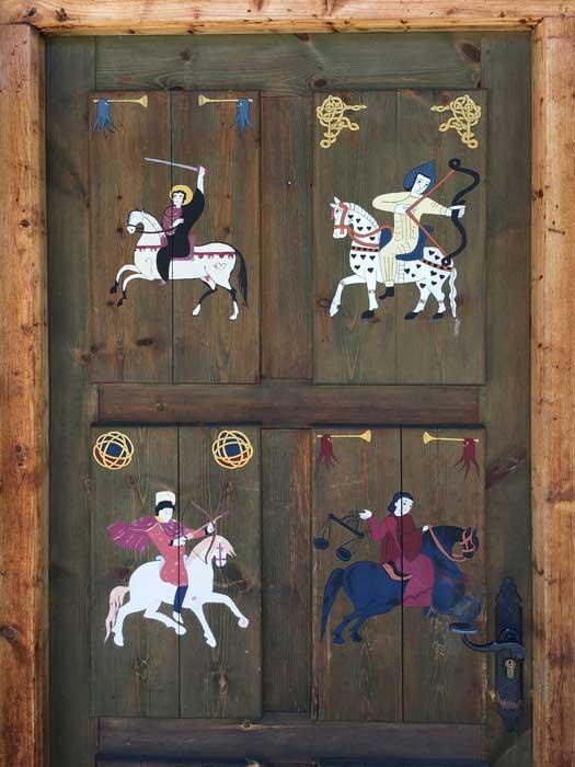 Puerta de recepcion con caballos pintados